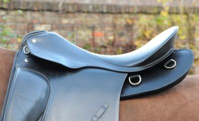 """Reha-Sattel in """"Vollverkleidung"""" für Pferd mit Senkrücken. Auf Wunsch der Kundin mit D-Ringen zur Befestigung leichten Ausreit-Gepäcks."""